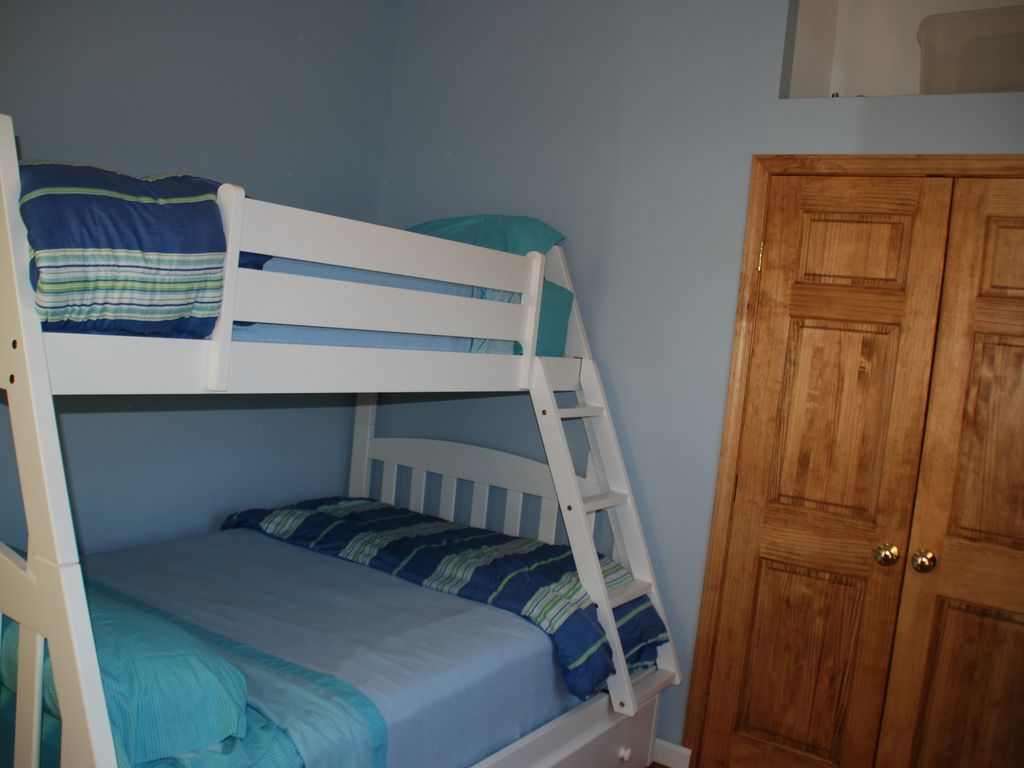Bunk bed room full & twin with views of pine cove and Goose